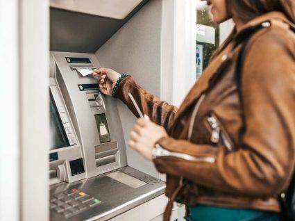 jovem questiona-se sobre como cancelar uma transferência bancária que acabou de fazer no multibanco