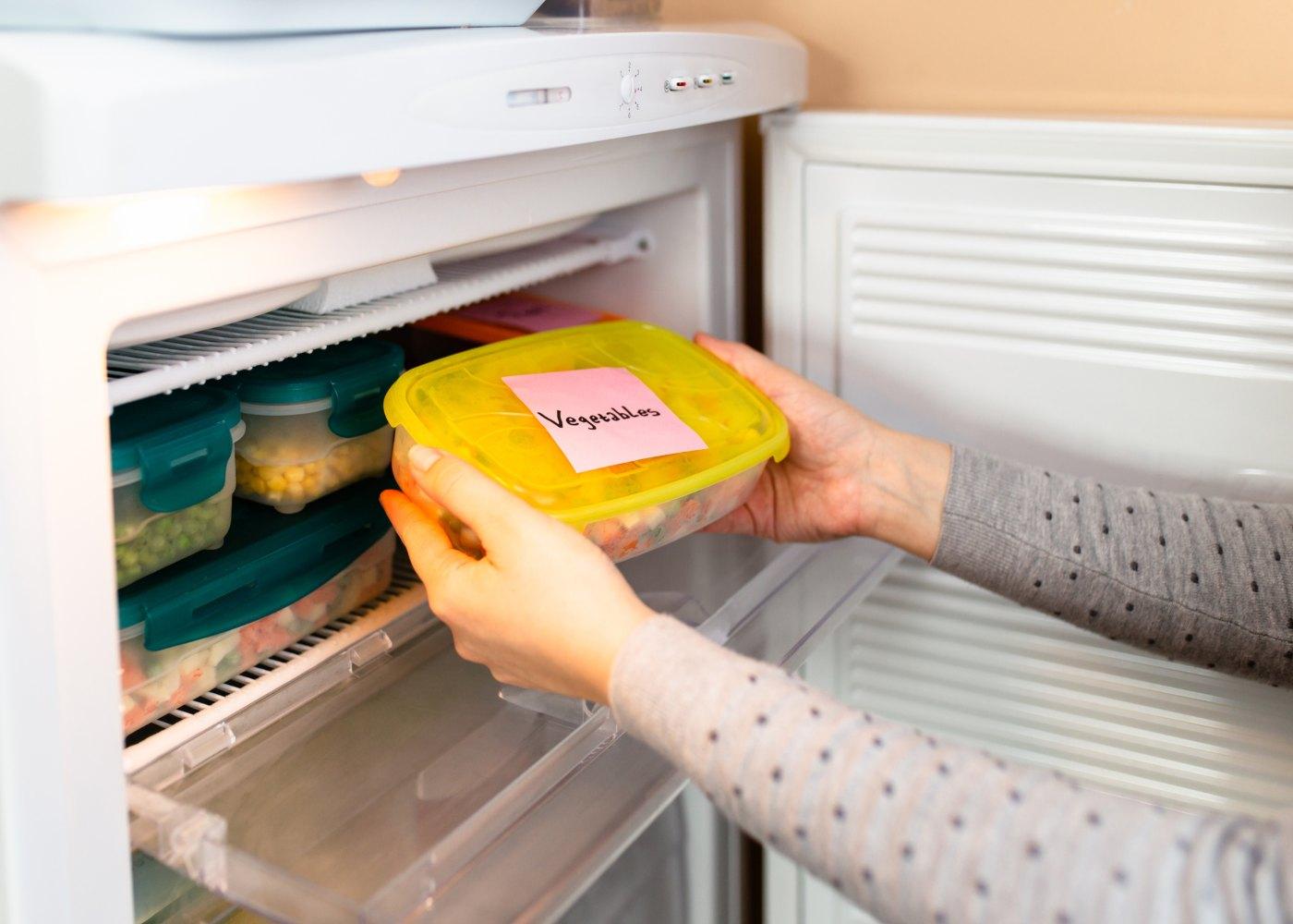 Comida congelada no frigorífico