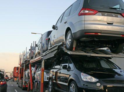 camião a transportar veículos para quem quiser comprar carros usados na Alemanha