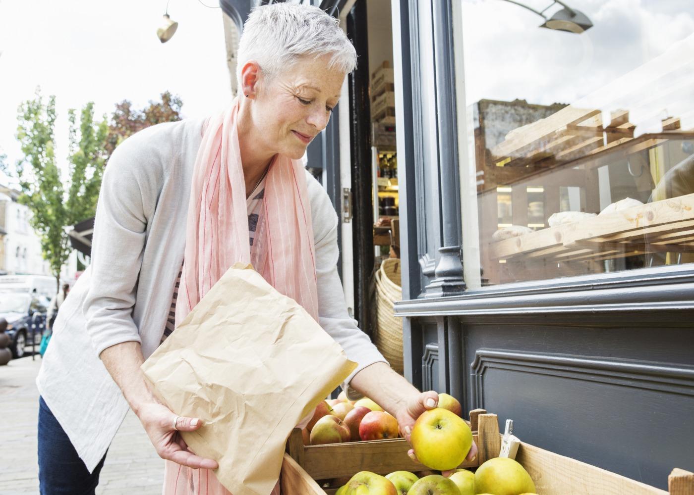 mulher compra fruta ao quilo