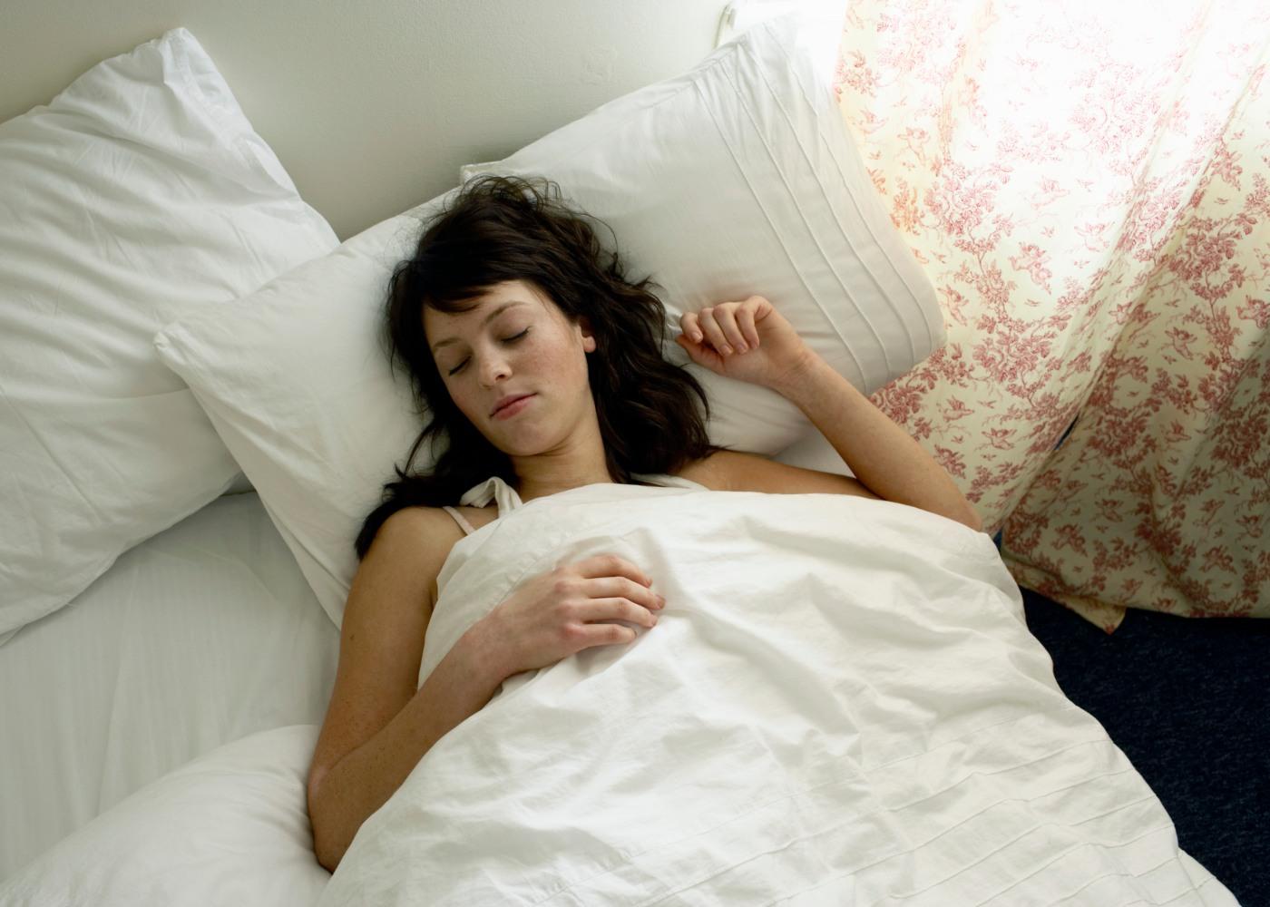 Mulher jovem a dormir