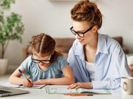 Mãe a estudar com filha