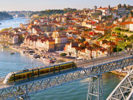 Metro a passar na ponte D. Luís no Porto