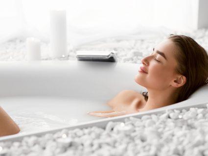 Mulher a usar produtos de banho