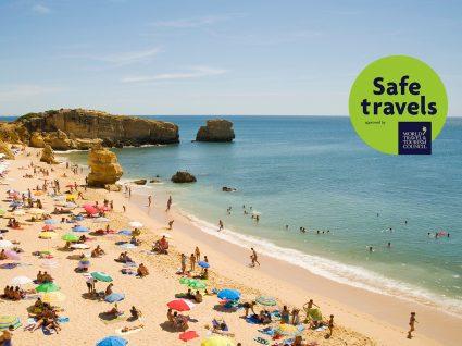 Selo Safe Travels: pessoas a fazer praia no Algarve