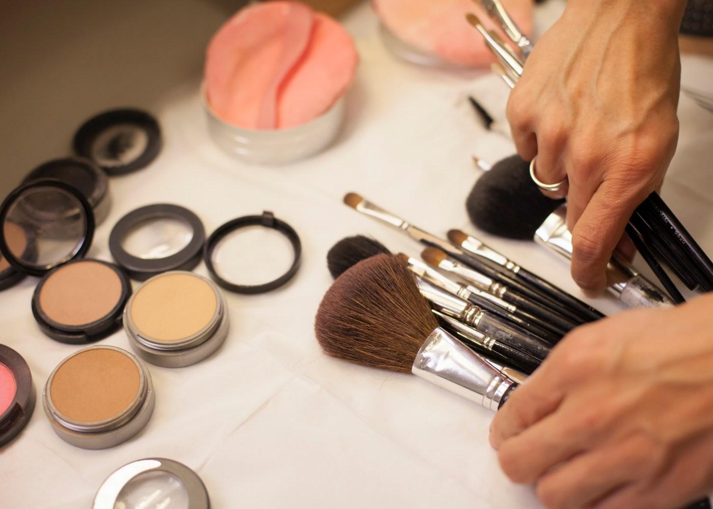 produtos de maquilhagem espalhados