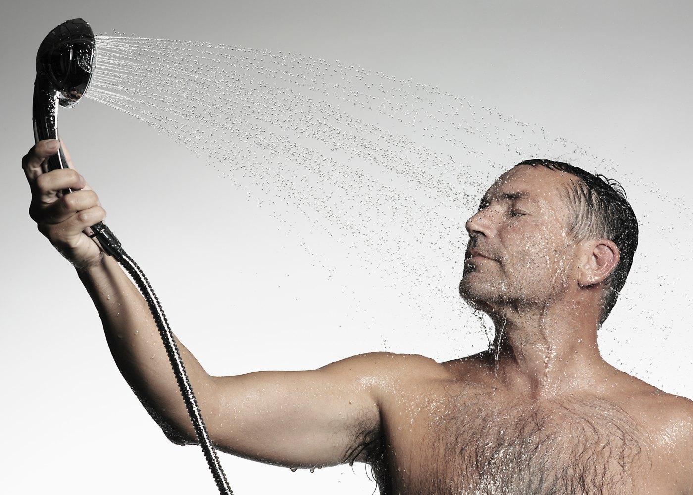 Homem a tomar um duche