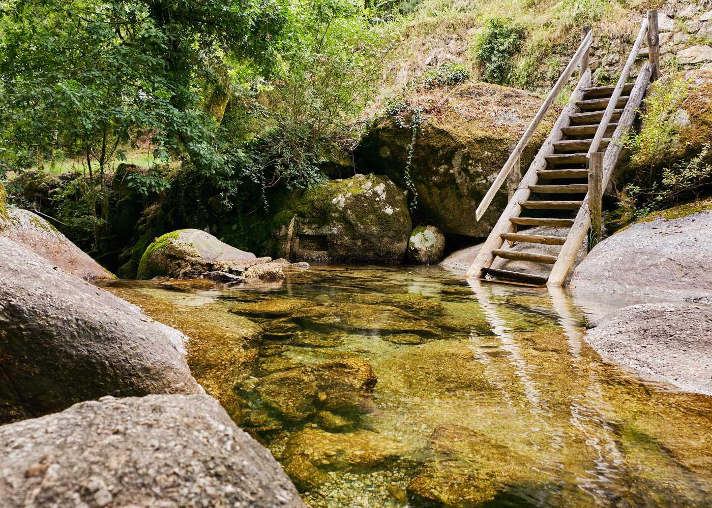 Lagoa na Queimadela com escada de madeira
