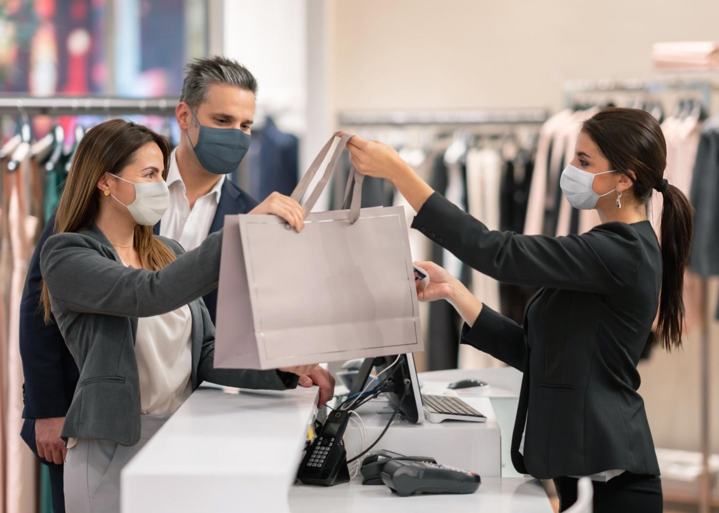 Casal a fazer compras numa loja do centro comercial