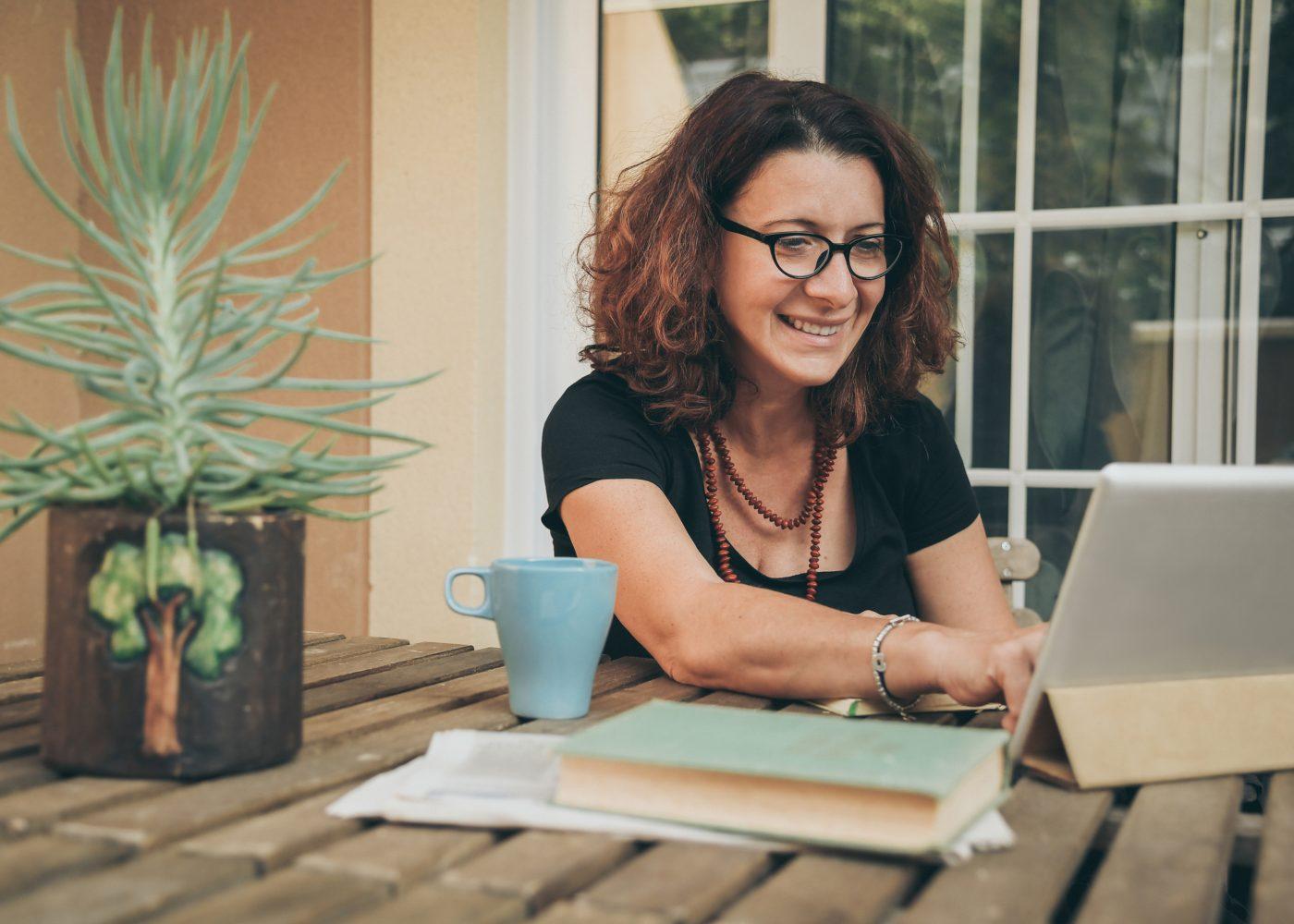 mulher adulta a estudar ao computador para fazer reskilling na universidade