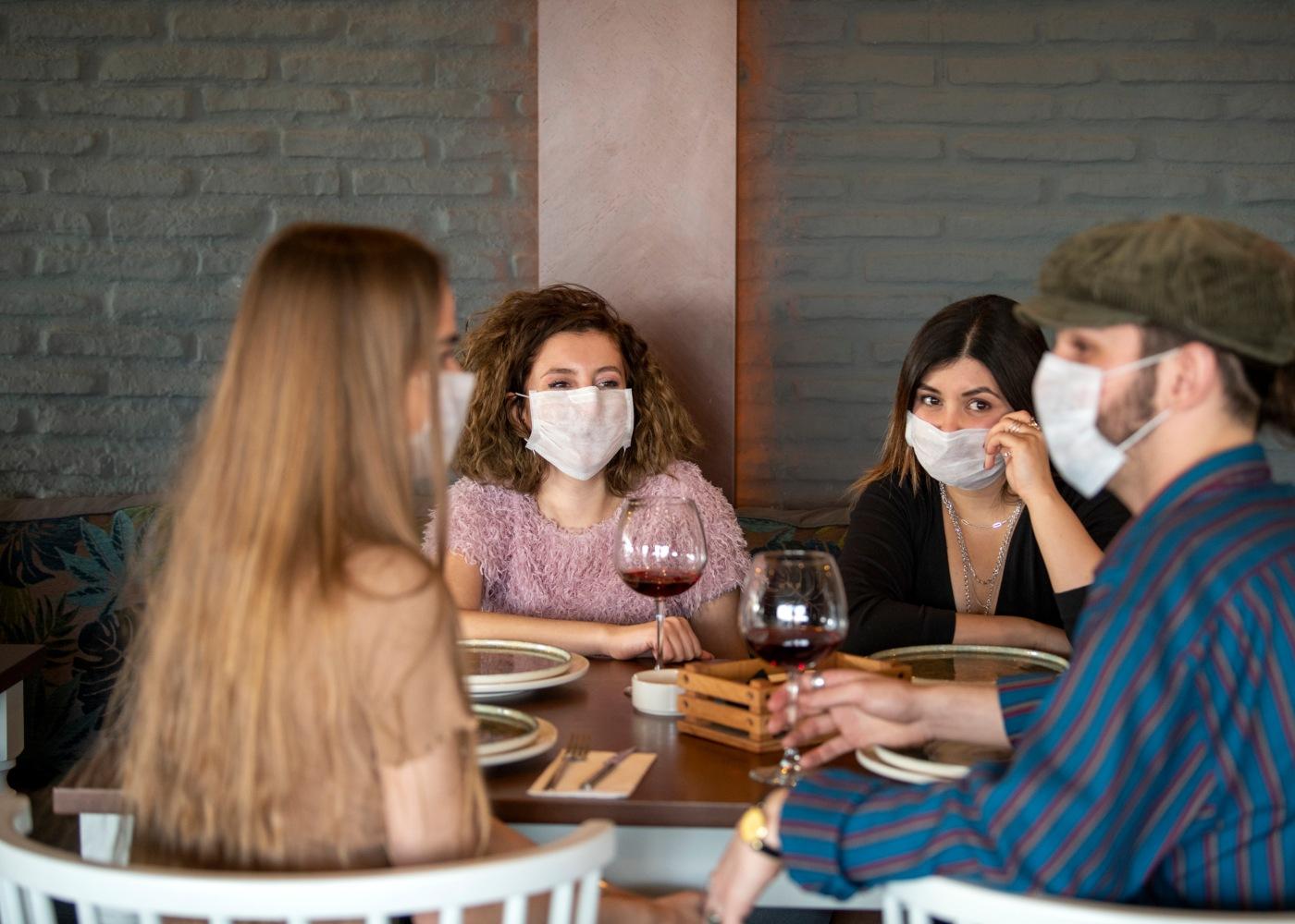 Clientes em restaurante com máscaras