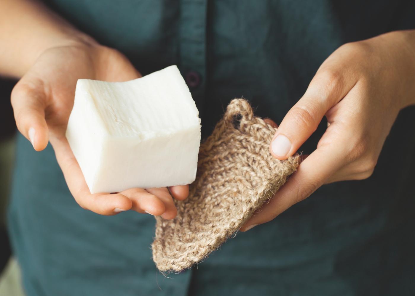 sabão e discos de algodão