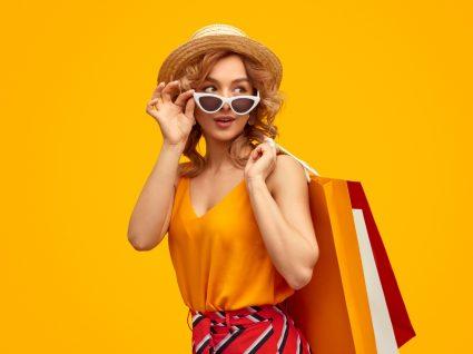 Mulher jovem nos saldos da Mango e da H&M