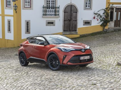 Toyota C_HR parado numa paisagem urbana