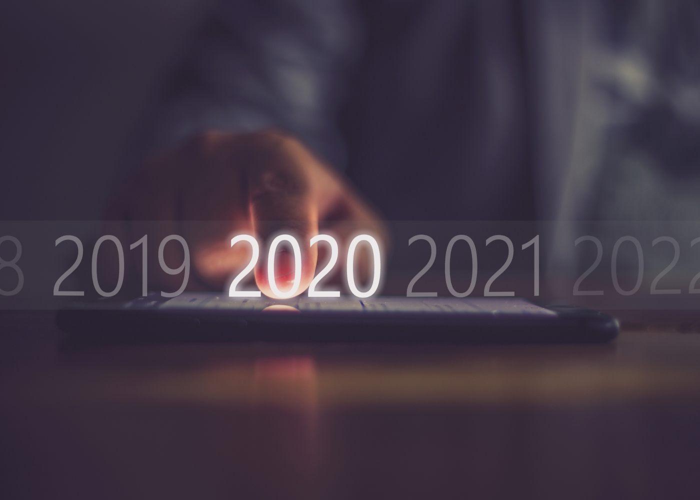 pessoa a selecionar 2020 num tablet