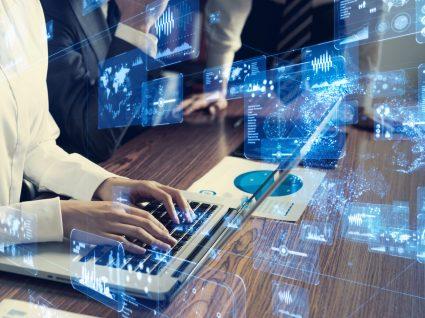 pessoa a trabalhar num computador no âmbito da transformação digital