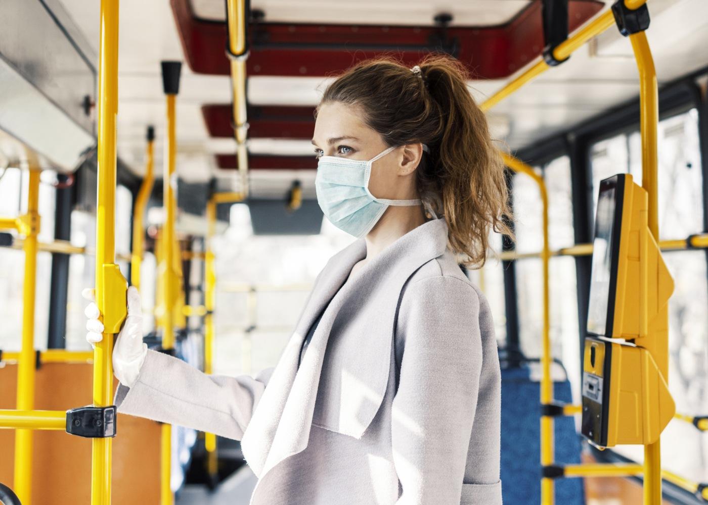 transportes públicos com máscara
