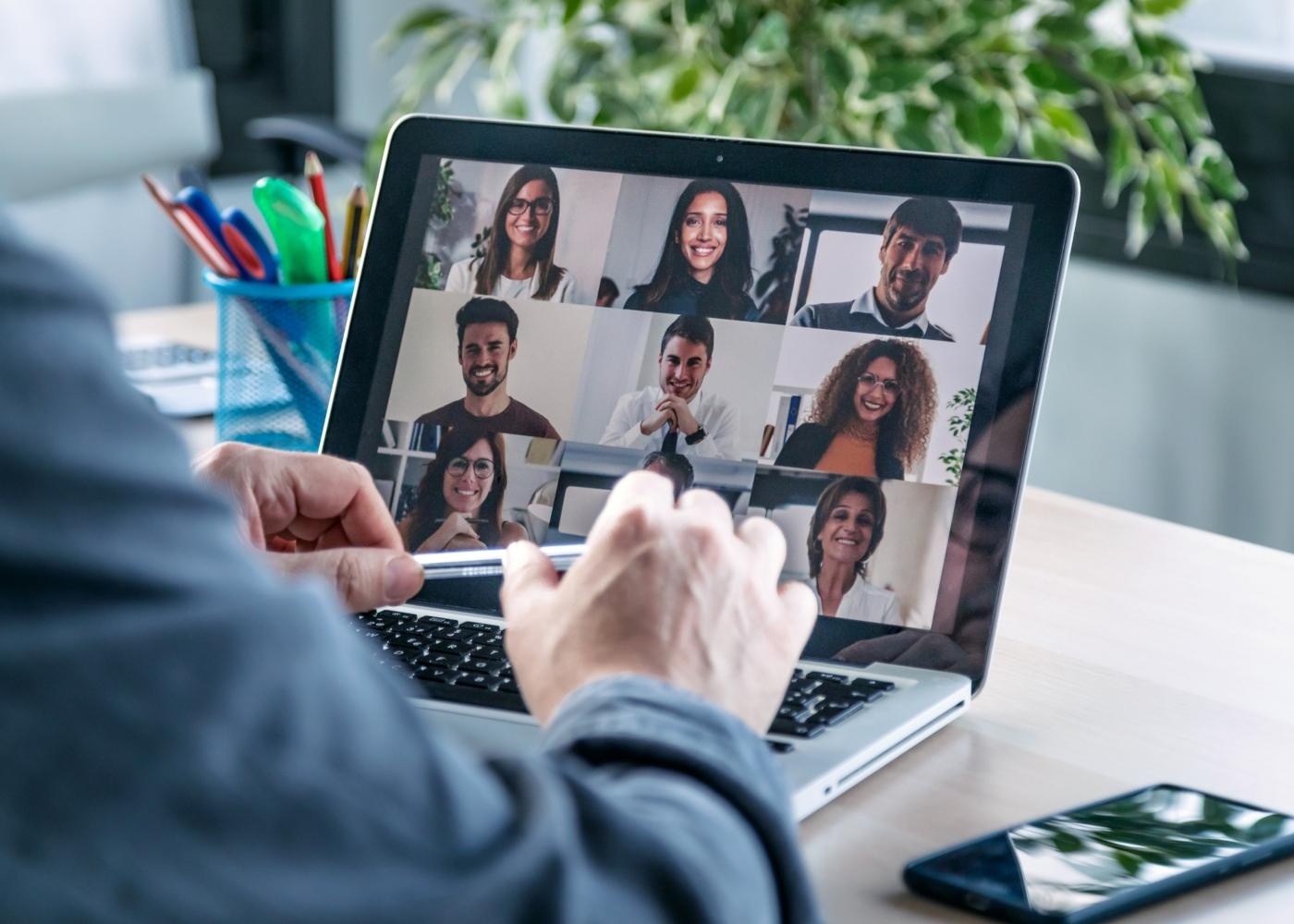 pessoa em reunião por vídeoconferência