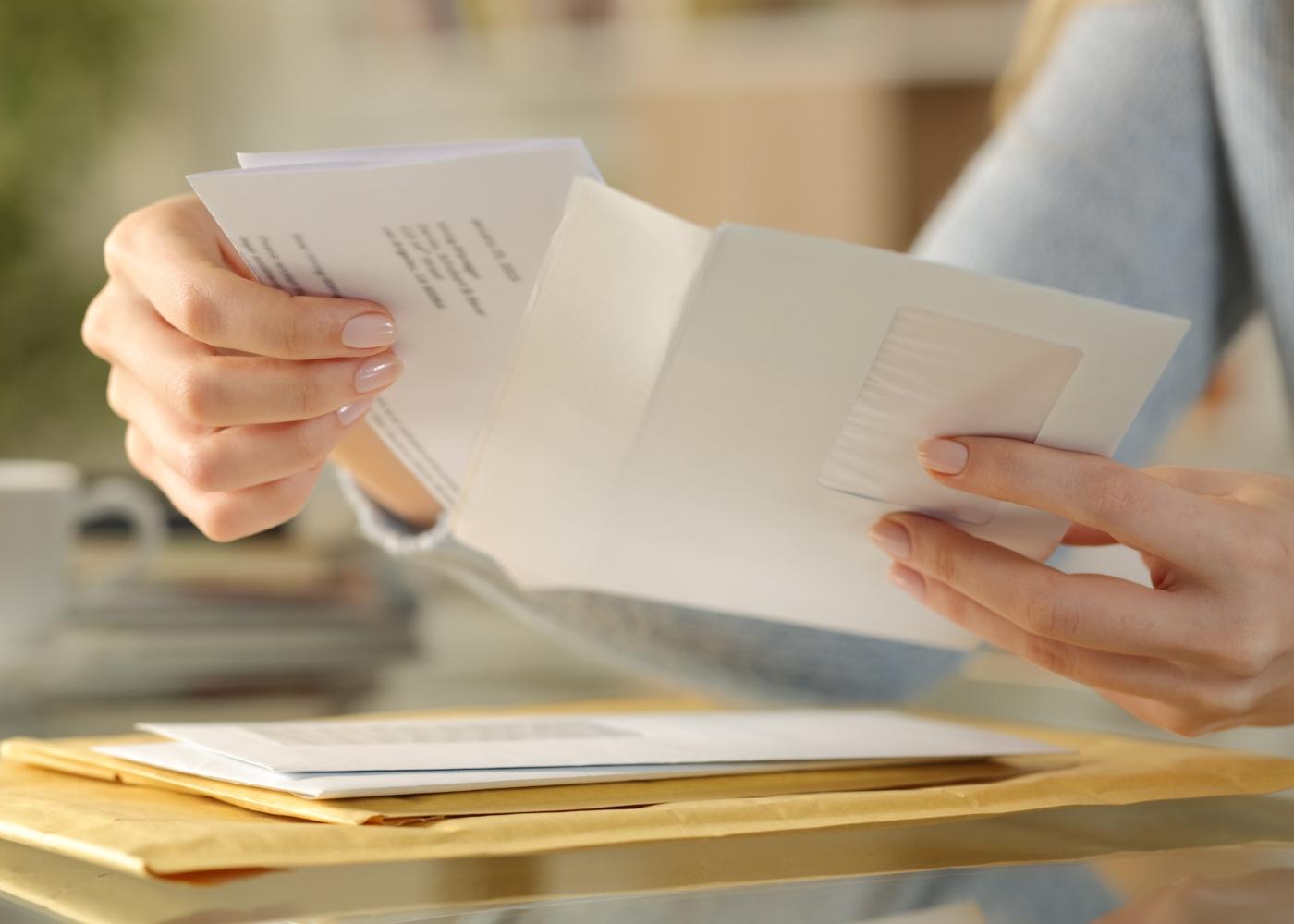 Mulher a abrir correio postal