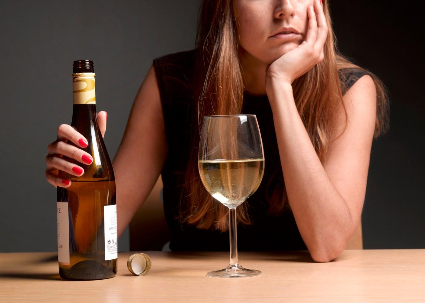 Mulher a beber vinho