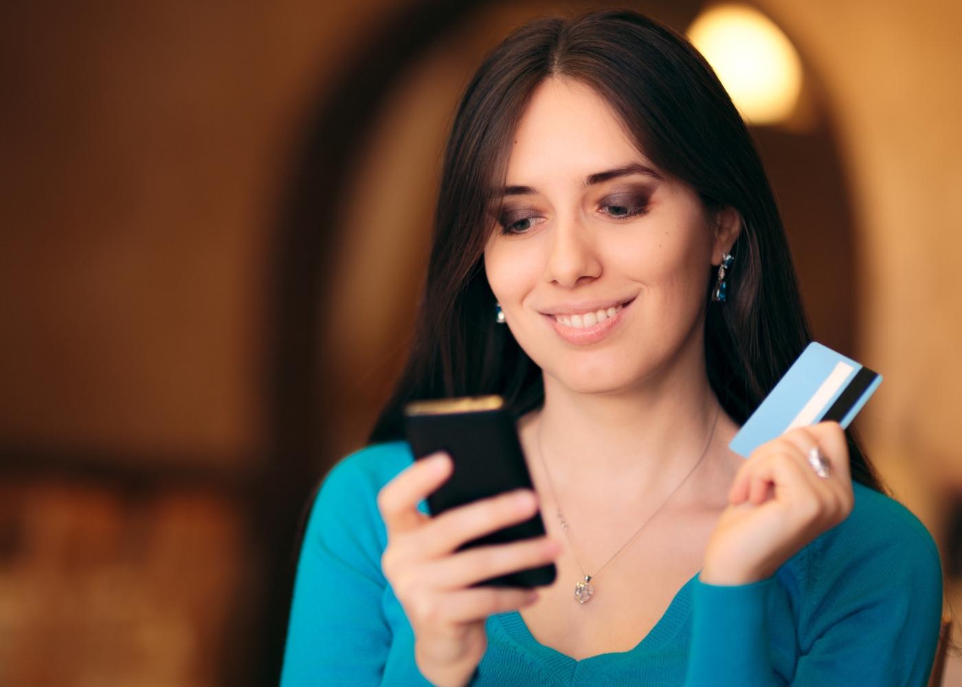 Mulher a fazer compras online com cartão