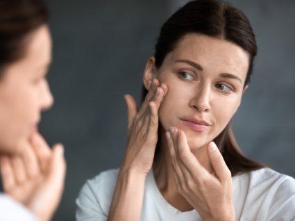 Mulher a experimentar cremes de rosto para peles secas