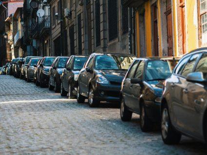 carros estacionados numa rua estreita