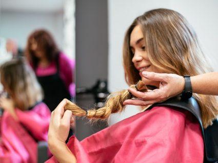 mulher a doar cabelo para doente oncológico