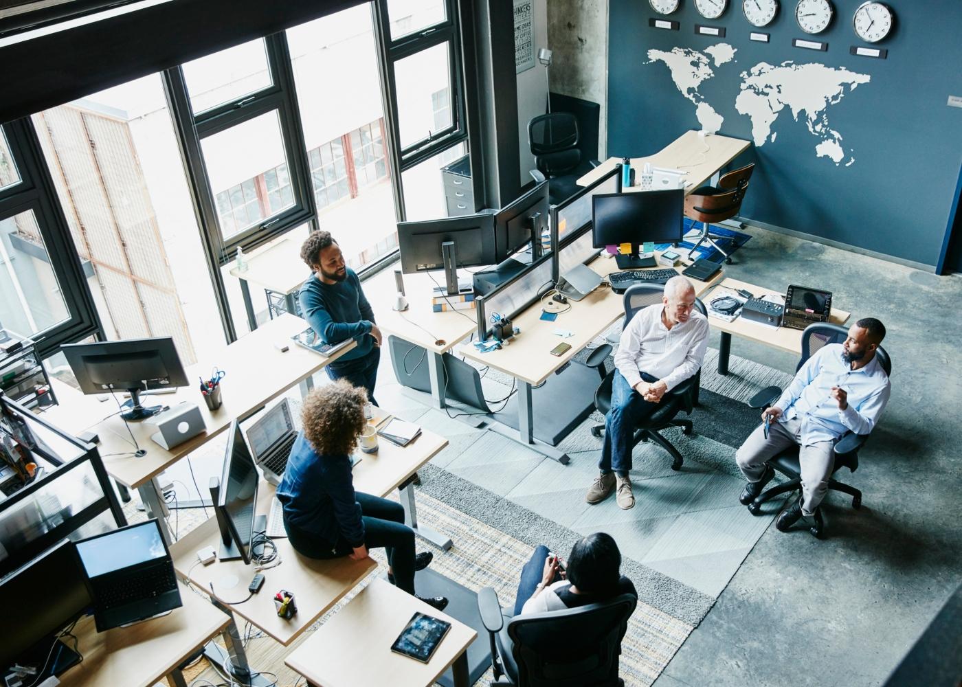 Equipa de trabalho no espaço da empresa
