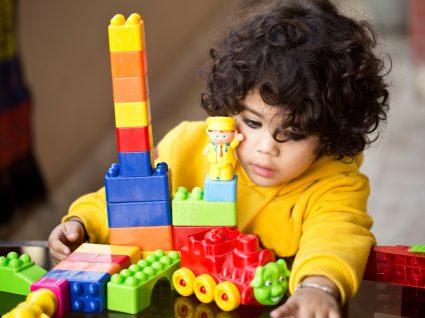 Criança a brincar em exposição de Lego
