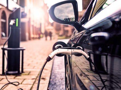 carro híbrido ou elétrico a carregar