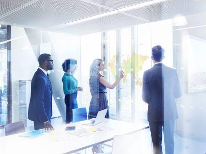 pessoas reunidas em reunião