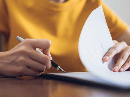 mulher a assinar contrato com intermediário de crédito