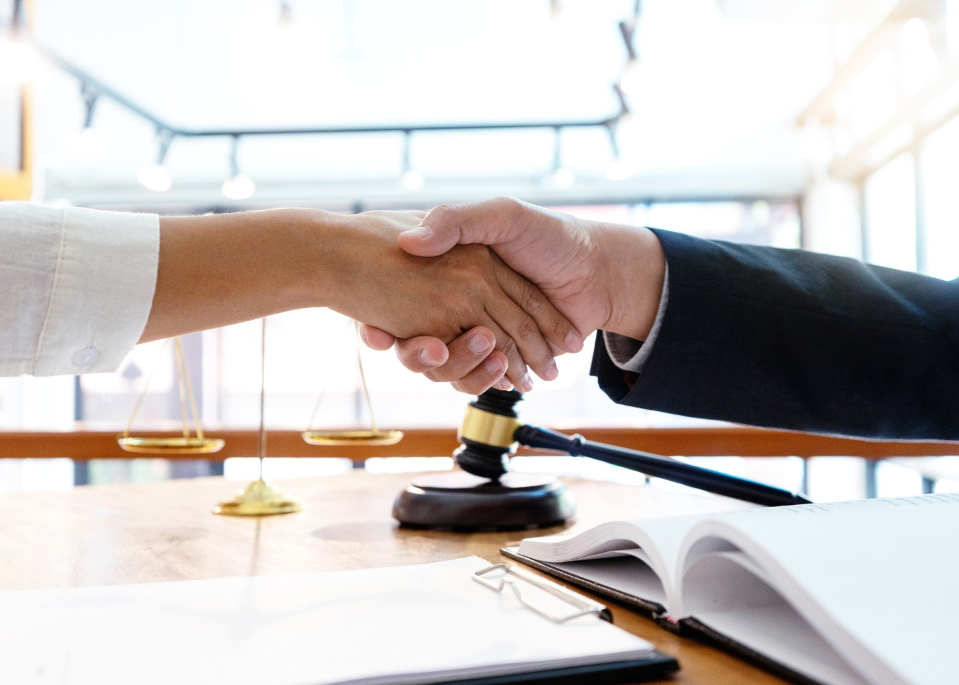 aperto de mão entre duas partes que chegaram a acordo depois de processo de mediação