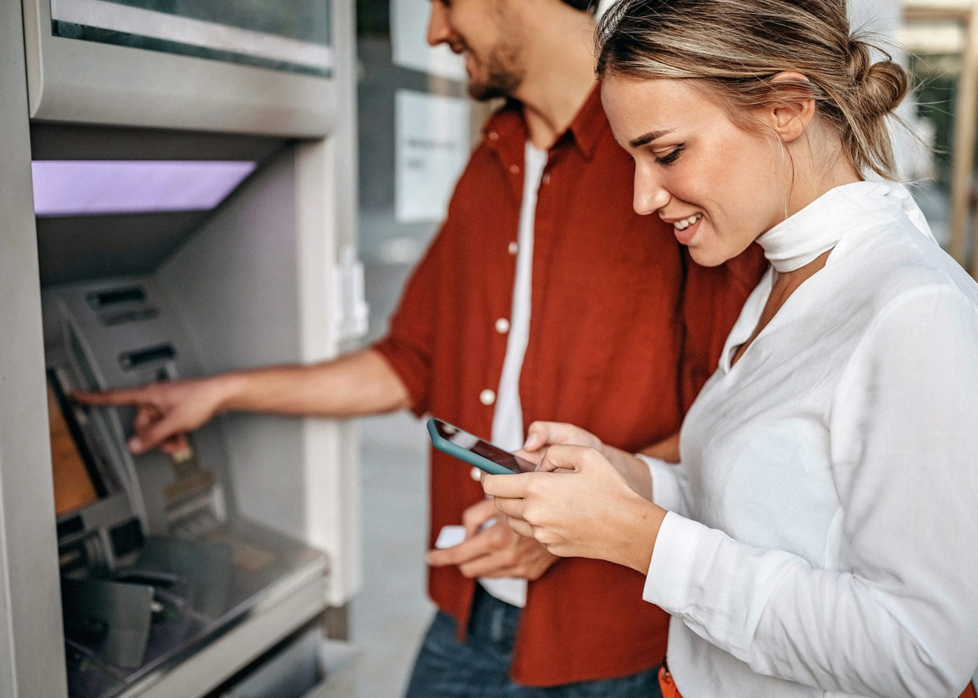 Casal a levantar dinheiro numa Caixa Multibanco via MB Way