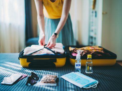 Mulher a preparar mala de férias
