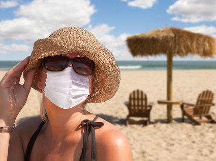 Mulher a usar máscara na praia