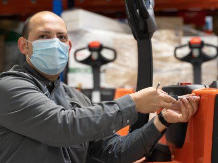 Técnico de Manutenção a trabalhar na loja da Mercadona em Lisboa