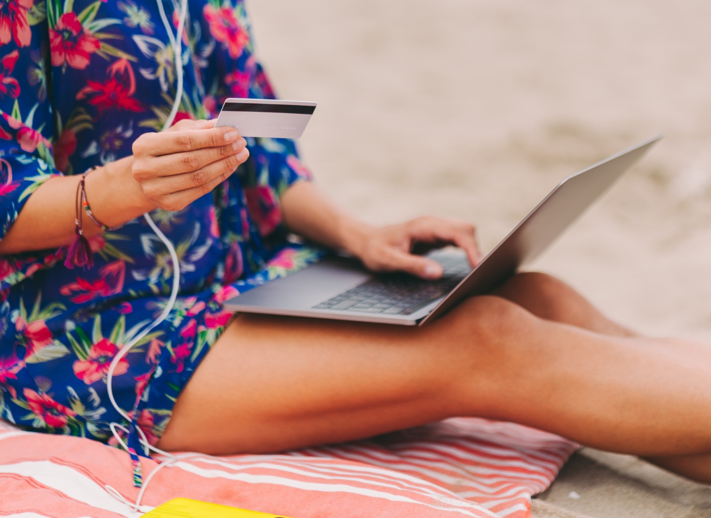 Mulher a marcar férias com o cartão Caixa