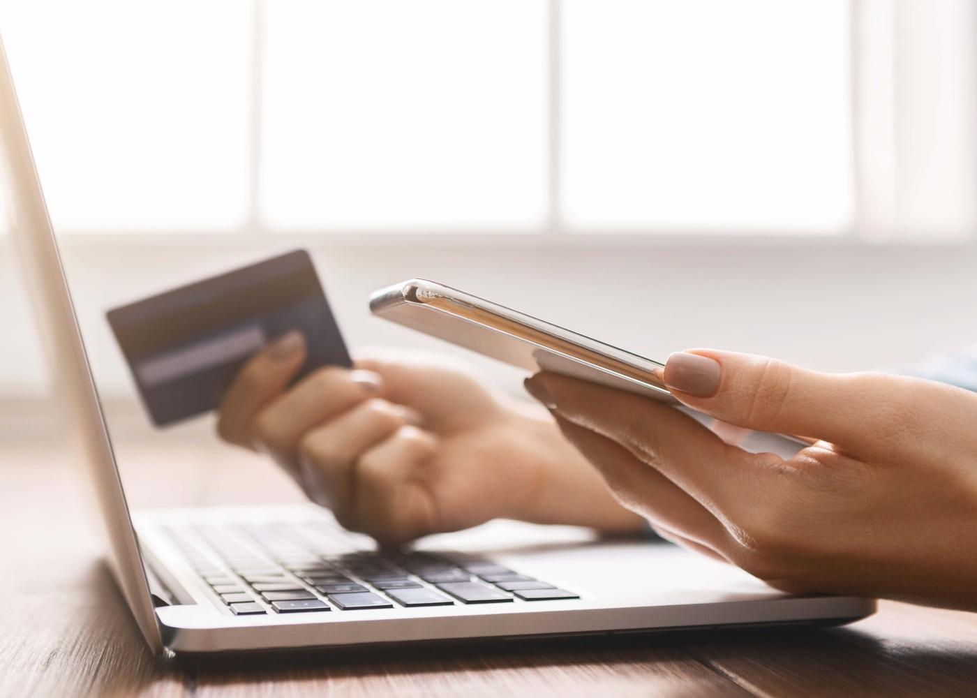 Mulher a fazer compras online com cartão de crédito