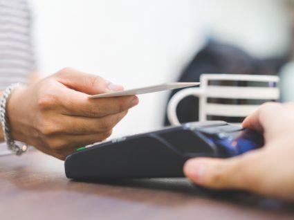 Mulher a fazer pagamento com cartão de débito
