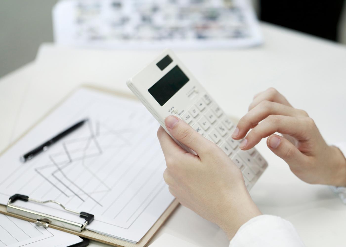 pessoa a calcular e analisar segundo novas medidas de layoff