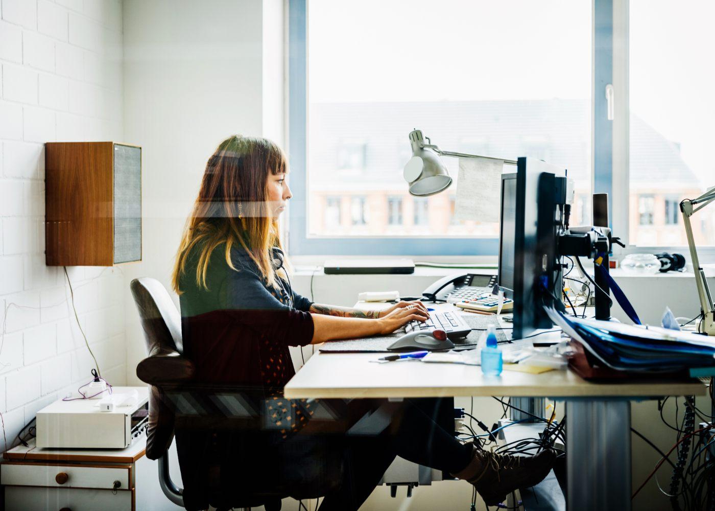 mulher a trabalhar e a usufruir de novas medidas de apoio ao emprego