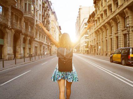 jovem a passear por cidade no verão