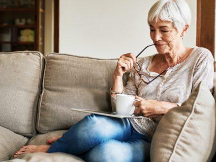 Senhora a navegar no site da Segurança Social