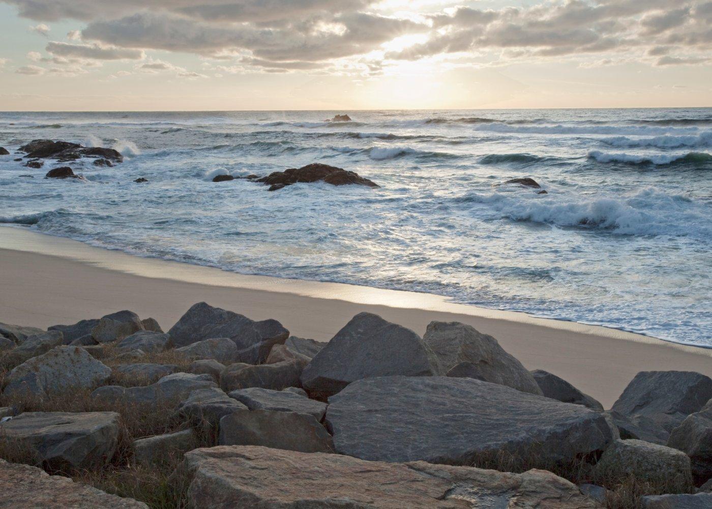 Rochas numa das praias escondidas em Portugal