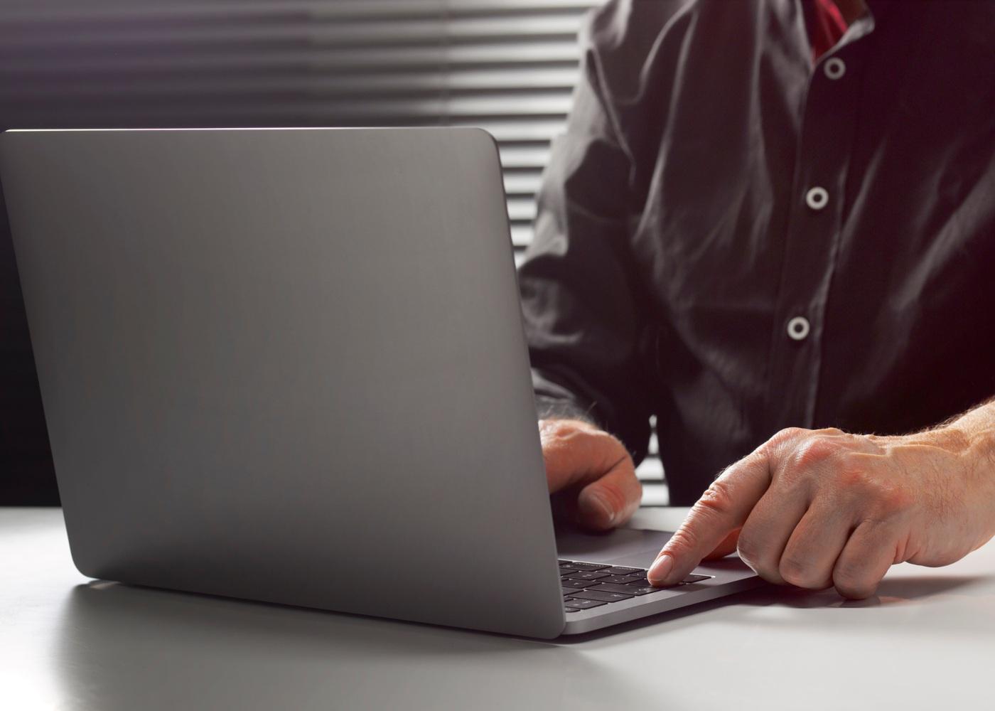Homem a utilizar computador