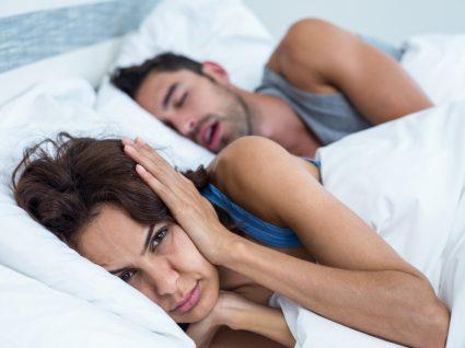 homem a ressonar e mulher acordada