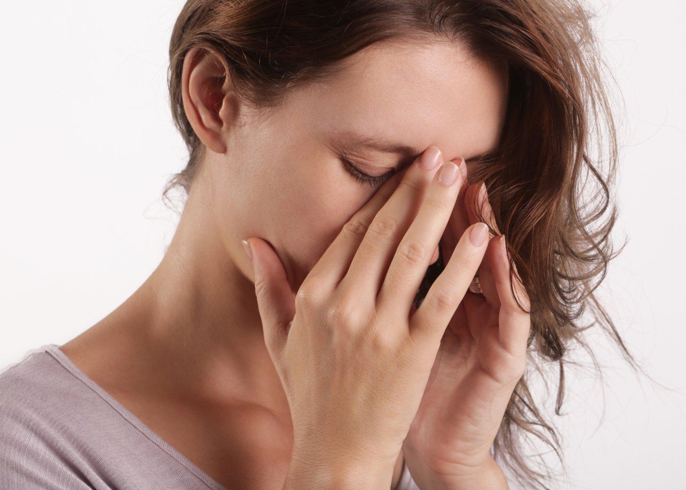 Mulher com dores causadas pela sinusite