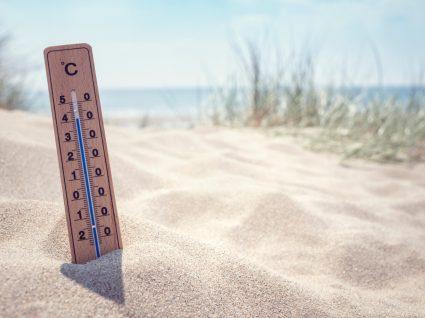 Termómetro na praia a indicar temperaturas elevadas
